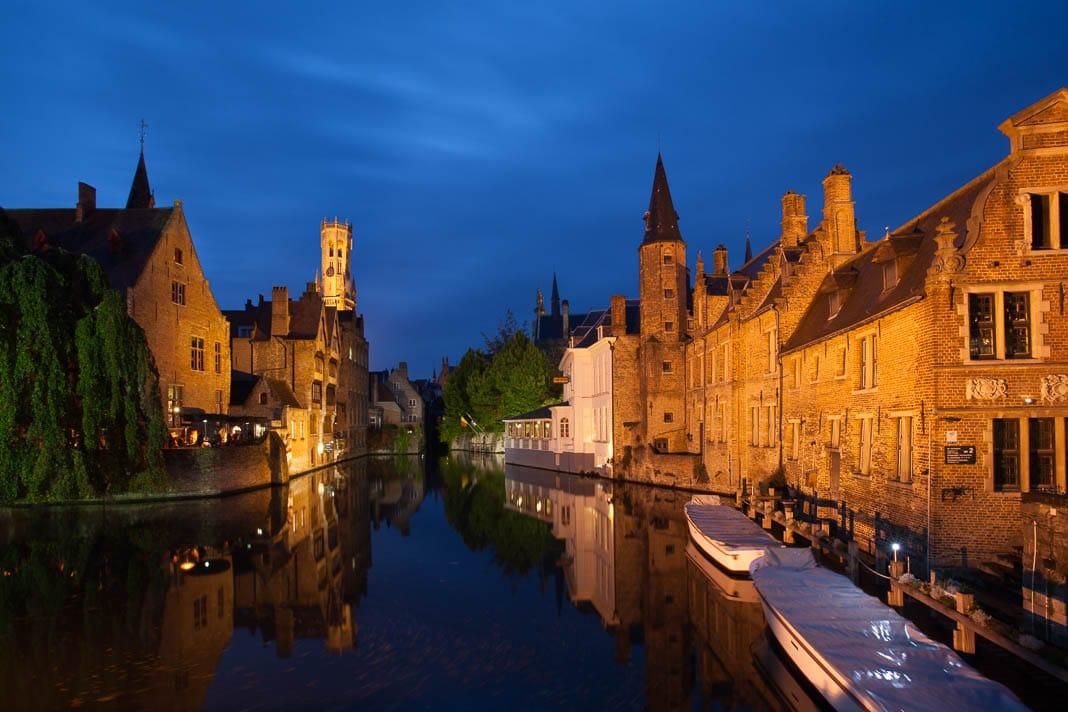De Rozenhoedkaai in de schemering, Brugge