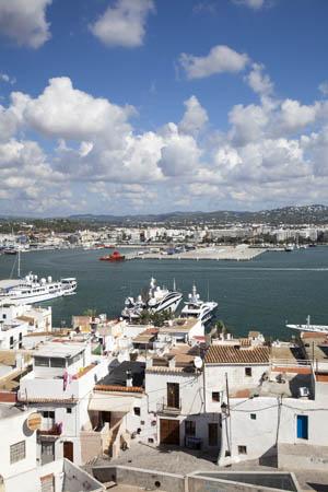 Uitzicht op de wijk Sa Penya en de haven van Eivissa