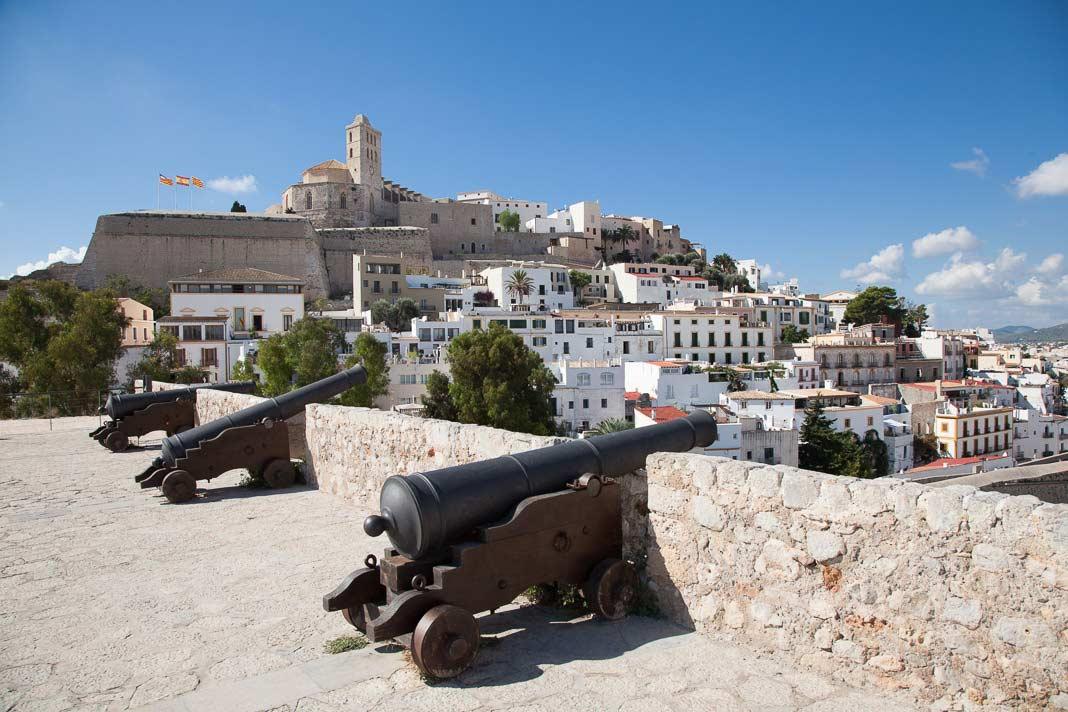 Zicht op de oude stad van Eivissa