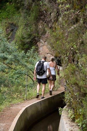Wandelaars langs levada dos Tornos