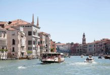 Vaporetto op het Gran Canal in Venetië