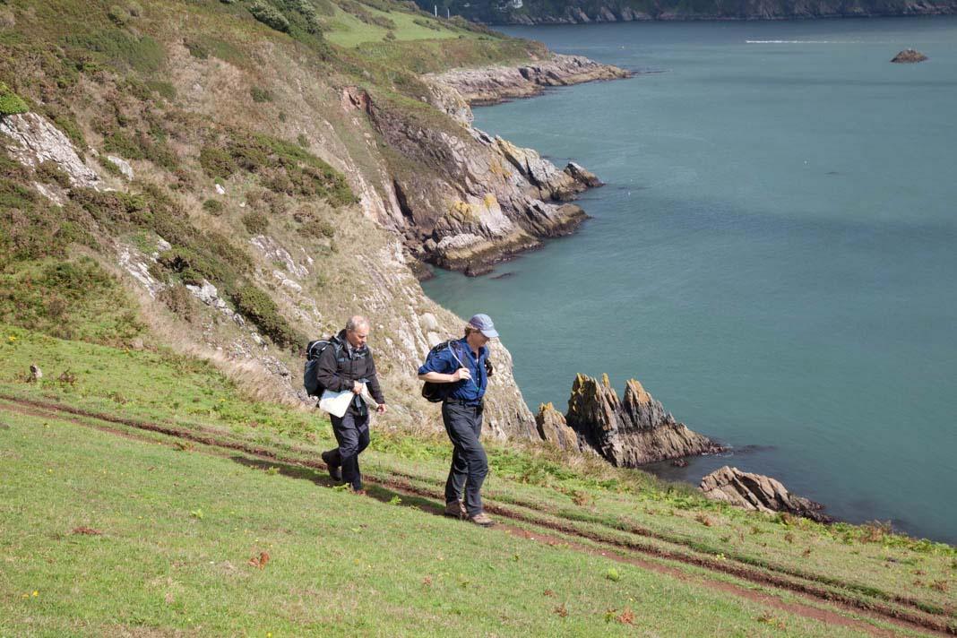 Wandelaars op het kustpad in Devon