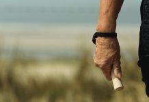 Wandelstokjes tegen dikke handen tijdens het wandelen
