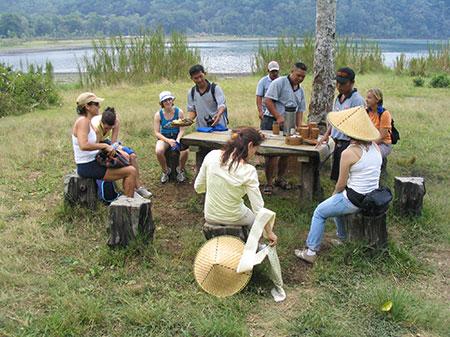 Uitrusten tijdens de jungletocht van Sobek, bali