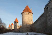 De Stadsmuur met poorten in Talinn