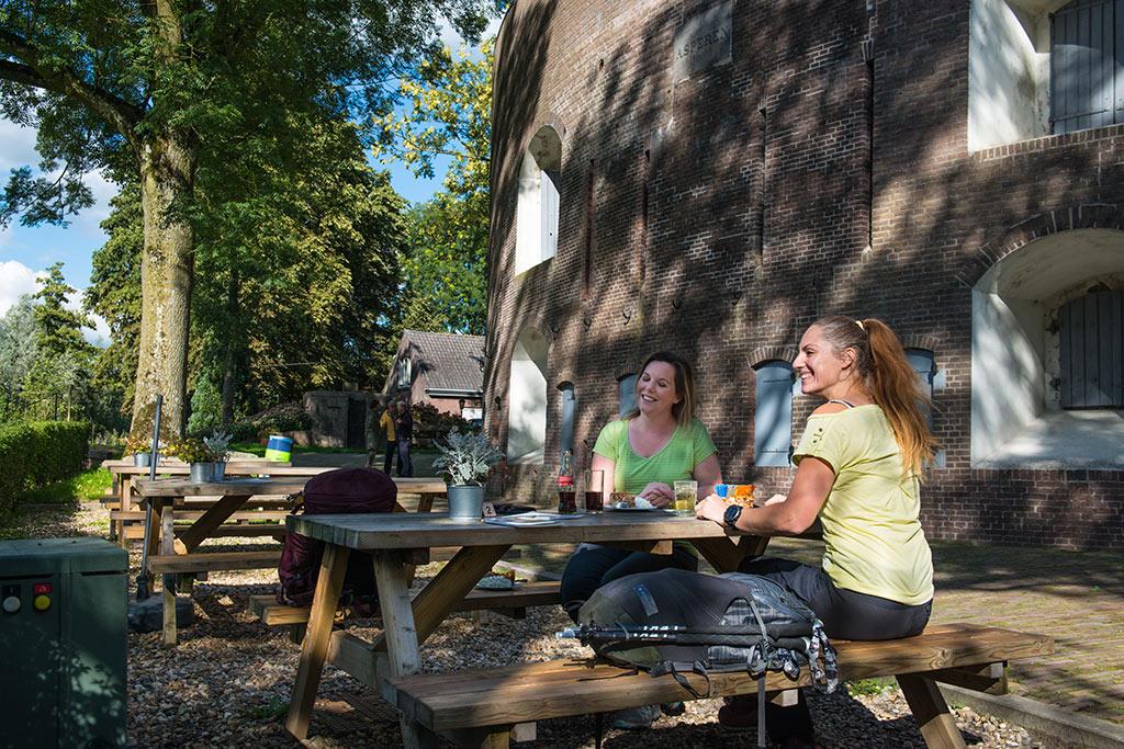 Wandelaars pauzeren bij Fort Asperen