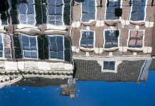 Weerspiegeling van huizen aan de Oudegracht in Utrecht
