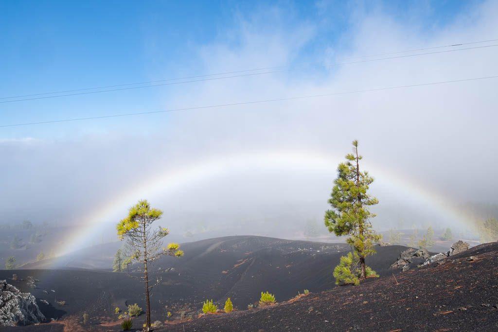 Vulkanisch landschap met regenboog, onderweg naar Refugio El Pilar, La Palma