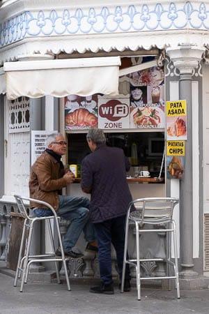Mannen drinken koffie in Santa Cruz de la Palma