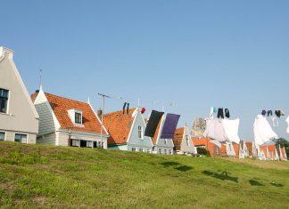 Huizen langs de dijk in Durgerdam