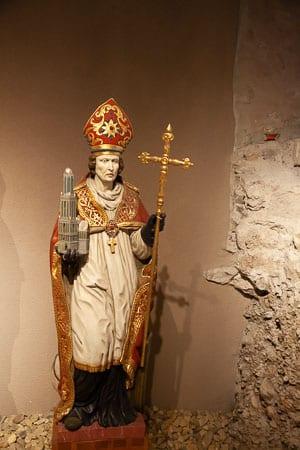 Beeld van St. Willibrord in het Abdijmuseum